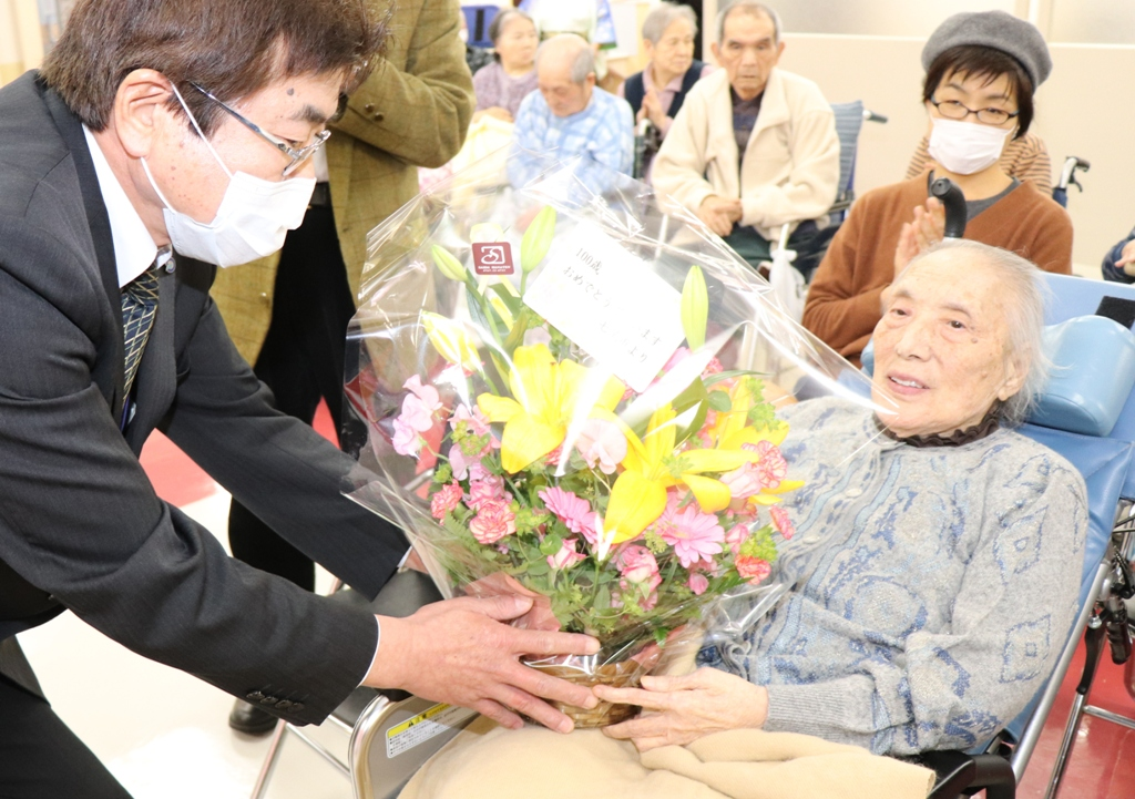 Sakaguchi who receives flower basket